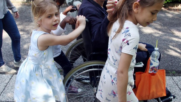 Coronavirus in Svizzera bambini possono abbracciare nonni
