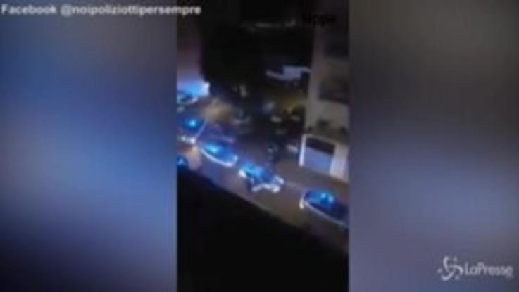 Poliziotto morto a Napoli, il tributo sotto casa dei colleghi. Lo strazio della moglie e dei figli