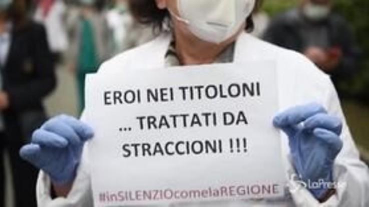Eroi nei titoloni, trattati da straccioni. La protesta di medici e infermieri a Torino