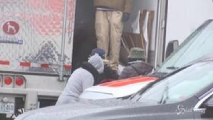 Coronavirus, a New York scoperti cadaveri stipati dentro alcuni camion