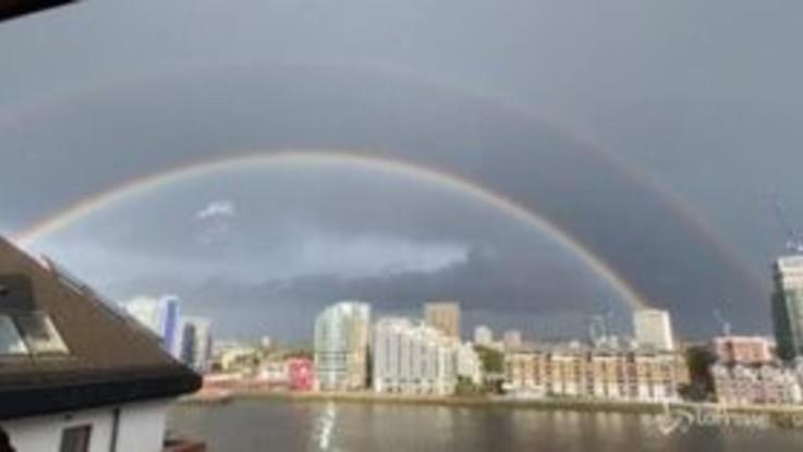 Un doppio arcobaleno solca il cielo di Londra, abitanti a bocca aperta
