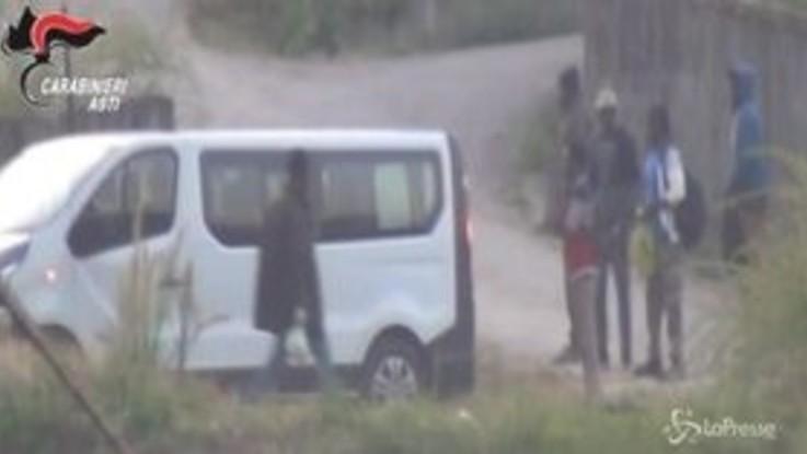 Asti: caporalato tra le vigne aggravato dal razzismo, arrestate 3 persone