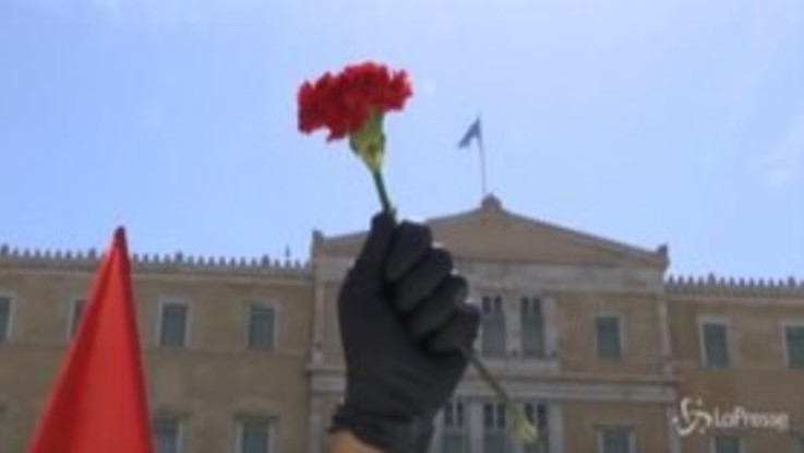 Grecia, in piazza per il 1 maggio mantenendo la distanza di sicurezza