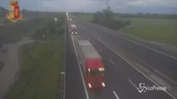 Reggio Emilia: tir sbanda sulla A1 e finisce nella carreggiata opposta, l'incidente ripreso dalle telecamere sicurezza