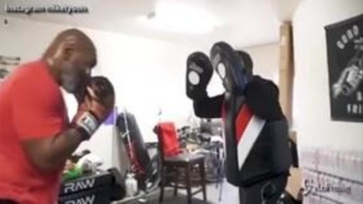 Mike Tyson in gran forma a 53 anni: i suoi pugni fanno ancora paura
