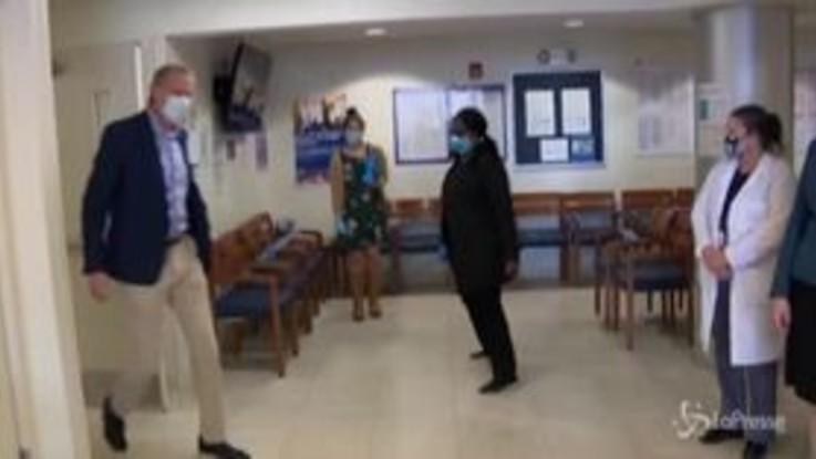 Coronavirus, il sindaco di New York De Blasio visita un nuovo centro per i test