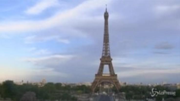Parigi, la Torre Eiffel si illumina per i lavoratori in prima linea contro il coronavirus