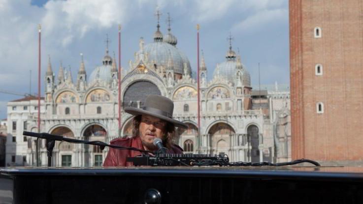 """Coronavirus, Venezia: Zucchero canta l'inedito """"Amore adesso!"""" in una Piazza San Marco deserta"""