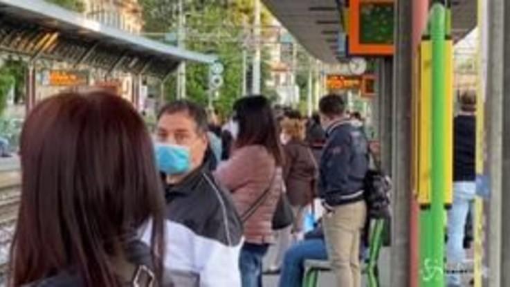 """Fase 2, in viaggio con i pendolari da Saronno a Milano: """"Difficile stare distanziati"""""""