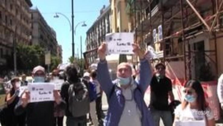 """Fase 2, a Napoli la rabbia dei commercianti: """"Dallo Stato nessuno aiuto"""""""