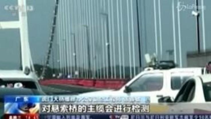 Cina, il ponte vibra come una molla: le immagini sono incredibili