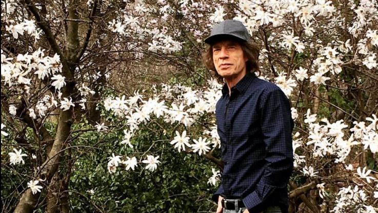 Coronavirus, la quarantena di Mick Jagger tra faccende domestiche, giardinaggio e musica