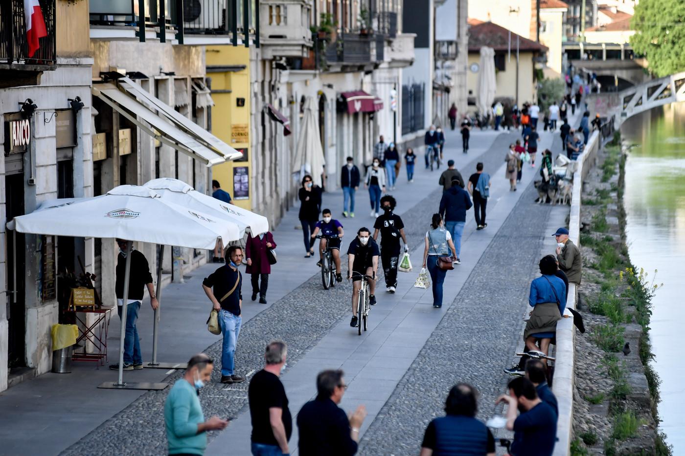 Coronavirus Milano, Fase 2, molta gente affolla parchi e mercatini