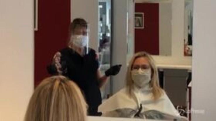 Parigi: parrucchieri e altri negozi si preparano alla riapertura
