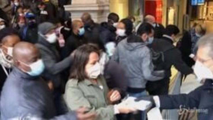 Parigi, mascherine distribuite ai pendolari alla stazione di Saint-Lazare