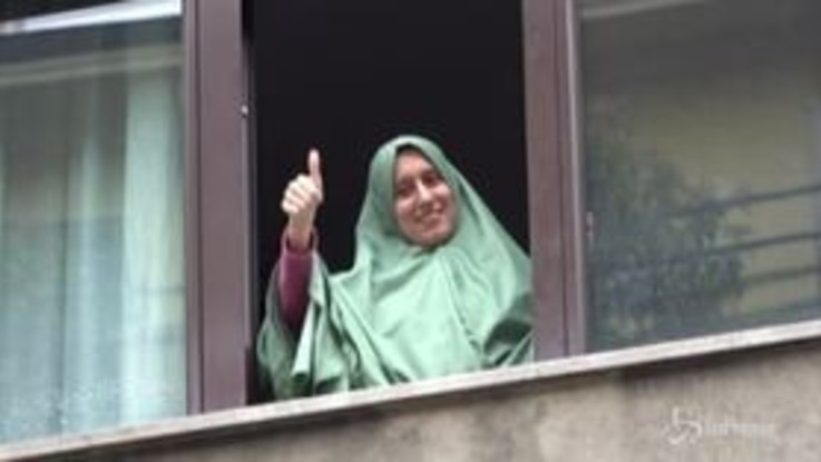 Silvia Romano rientra a casa a Milano: folla e lungo applauso all'arrivo