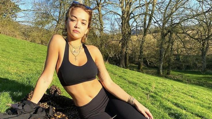 Sexy-Instagram, Rita Ora fa yoga in reggiseno nero tra i boschi