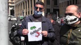 """Fase 2, protestano i tassisti a Napoli: """"Chiediamo il sussidio per salvare il servizio"""""""