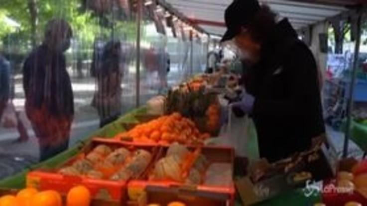Coronavirus, a Parigi riaprono i mercati alimentari all'aperto