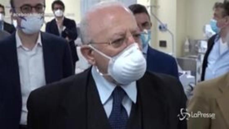 """Fase 2, De Luca: """"Chi porta la mascherina al collo è un imbecille doppio"""""""
