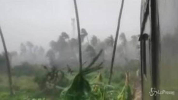 Filippine, violento tifone investe la costa orientale