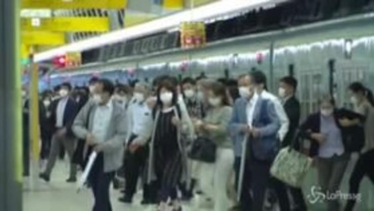 Coronavirus, il Giappone allenta la stretta: tornano a riempirsi le stazioni ferroviarie