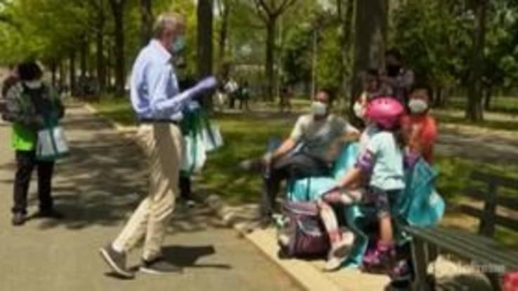 Coronavirus, Bill de Blasio distribuisce mascherine in un parco di New York