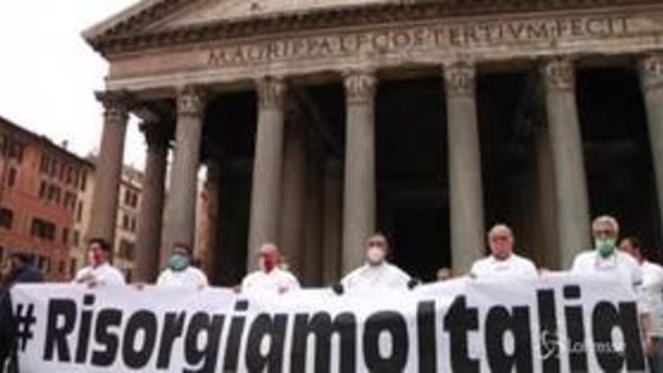 Roma, la protestra dei ristoratori al Pantheon