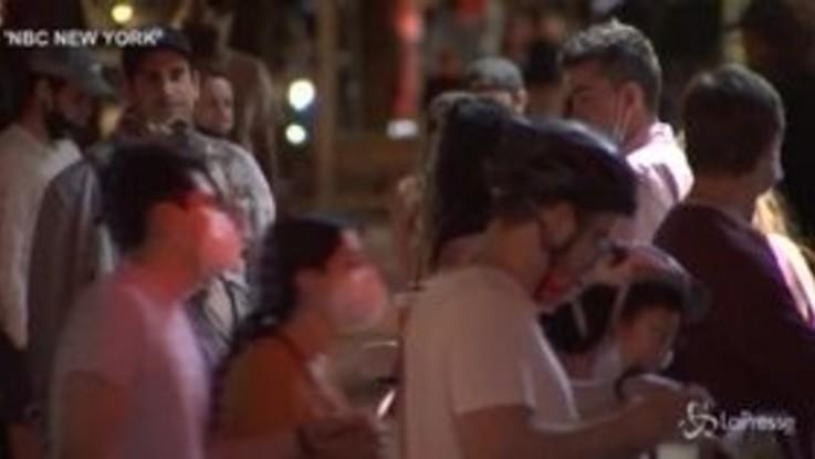 New York, bar affollati nel pieno della pandemia