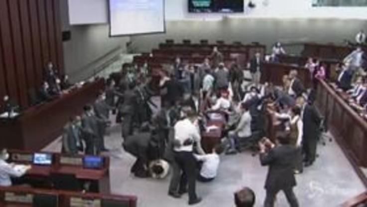 Hong Kong, rissa in Parlamento