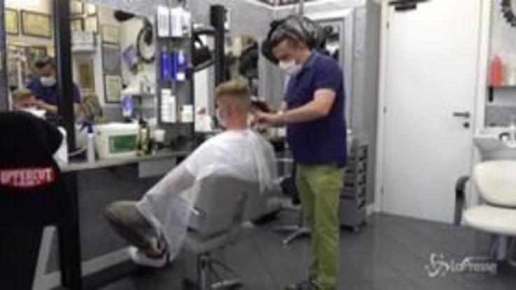 """Fase 2, nella bottega dello storico barbiere di Milano: """"Qui da 21 anni. Abbiamo riaperto, ma la situazione è drammatica"""""""