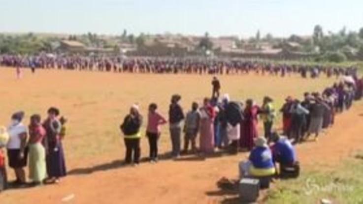 Sudafrica, le drammatiche immagini della coda chilometrica per riceve aiuti alimentari