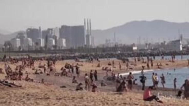 Spagna, Barcellona: in spiaggia come se il virus non ci fosse