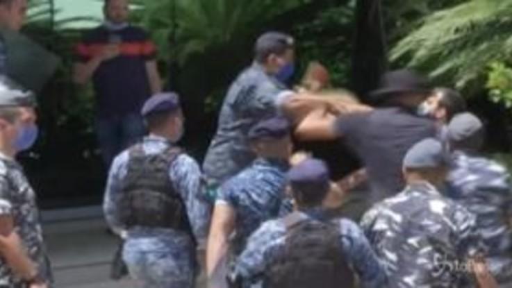 Libano, manifestanti tentano di entrare negli uffici governativi