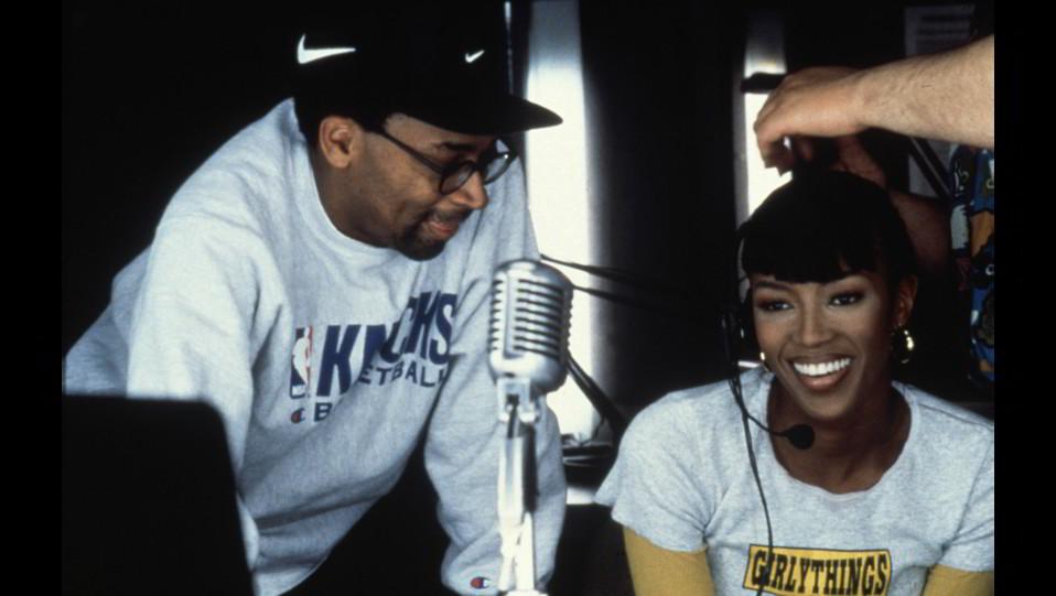 Naomi Campbell nel 1996 sul set del film Girl con il regista Spike Lee ©