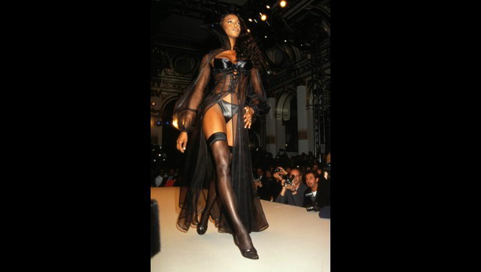 Naomi Campbell sexy in sfilata ©