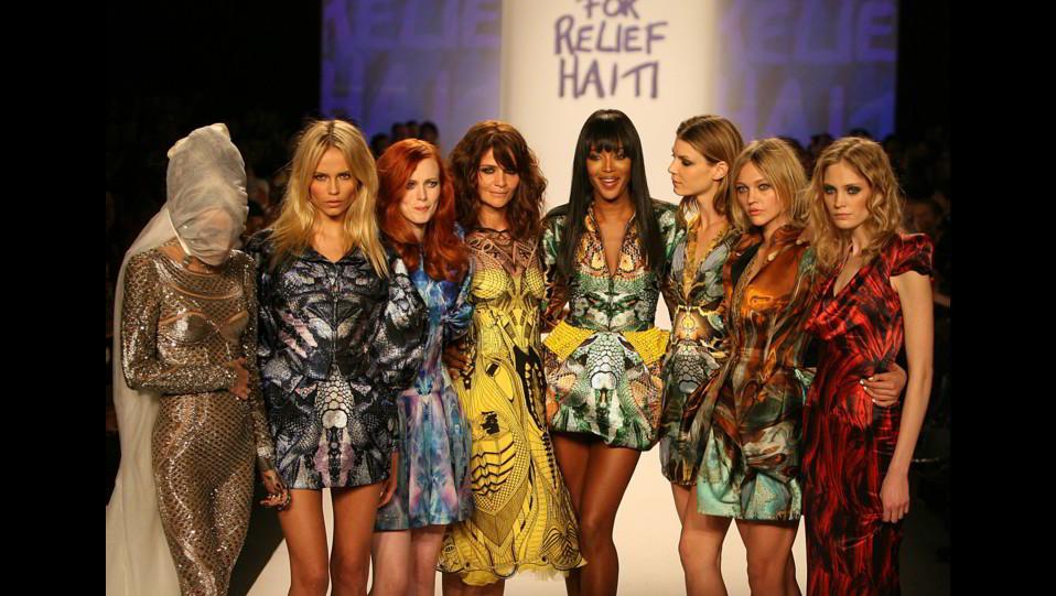 Naomi Campbell nel 2010 con la top model Helena christensen ed altre modelle ©