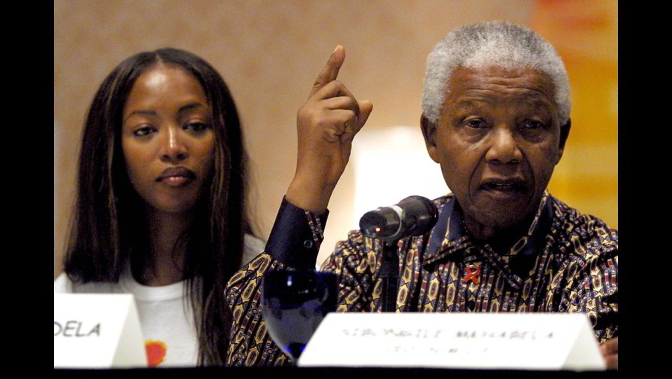 Naomi Campbell nel 2001 con Nelson Mandela ©