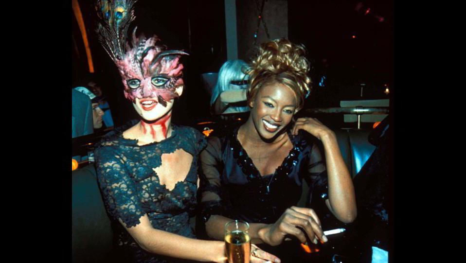 Naomi Campbell in maschera per Halloween con Kate Moss ©