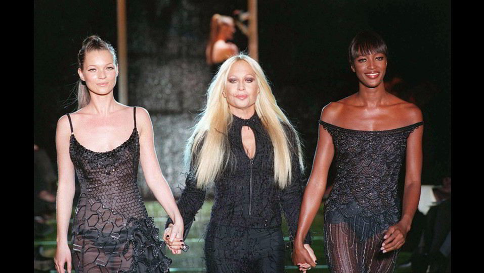Naomi Campbell con Donatella Versace e Kate Moss ©