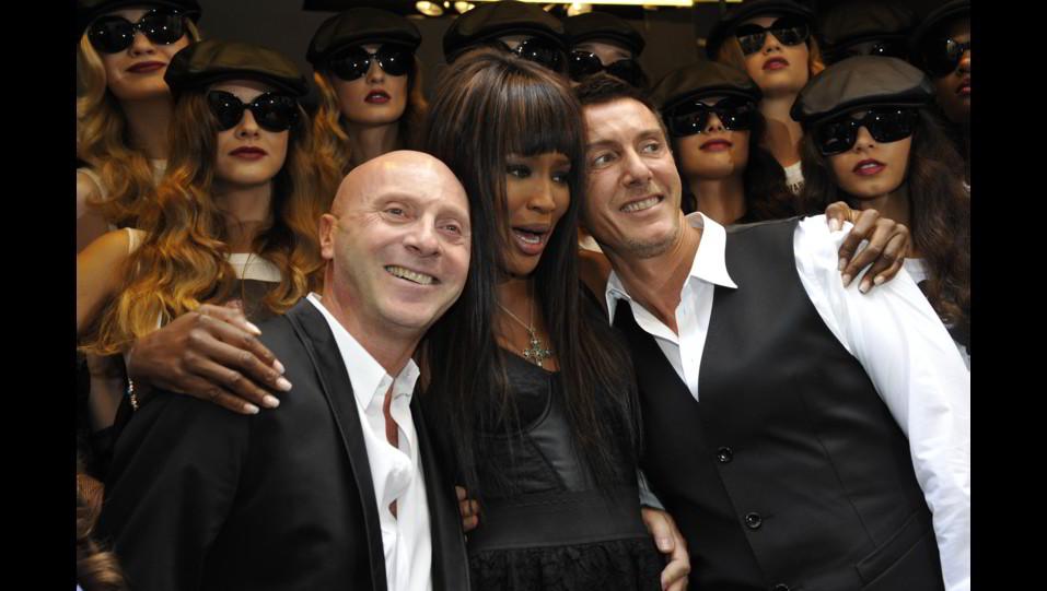 Naomi Campbell con Domenico Dolce e Stefano Gabbana ©