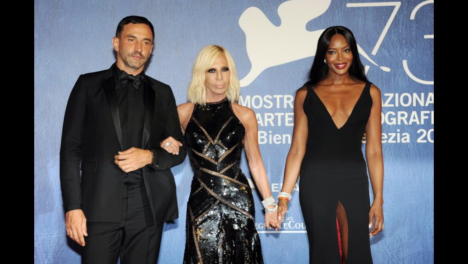 Naomi Campbell con Donatella Versace al Festival di Venezia ©