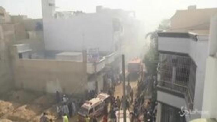 Pakistan, aereo precipita vicino a Karachi: morte 107 persone