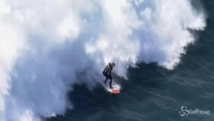Sydney, i surfisti cavalcano le onde giganti dell'oceano