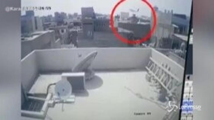 Pakistan, l'aereo caduto a Karachi ripreso da una telecamera di sorveglianza