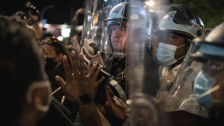 Usa, Trump minaccia uso dell'esercito contro le proteste. Morti e feriti in scontri