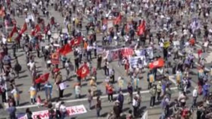 Milano: in migliaia in piazza Duomo per chiedere il commissariamento della Regione Lombardia