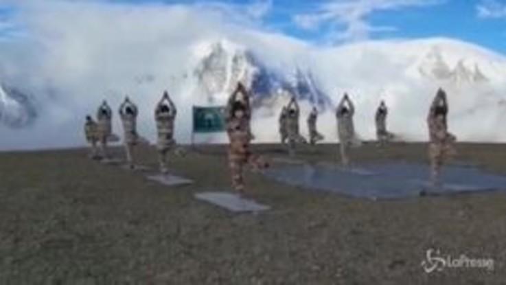 Tibet, la polizia di frontiera pratica yoga a 5300 metri