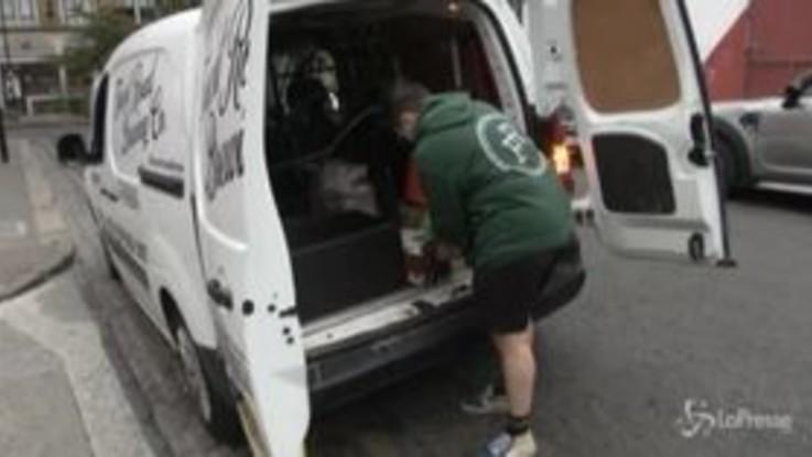 Londra, con i pub chiusi la birra è a domicilio spillata da un furgone