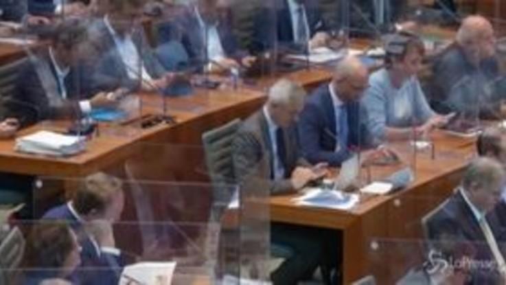 Covid in Germania, plexiglass a separare gli scranni del Parlamento in Nord Reno Westfalia